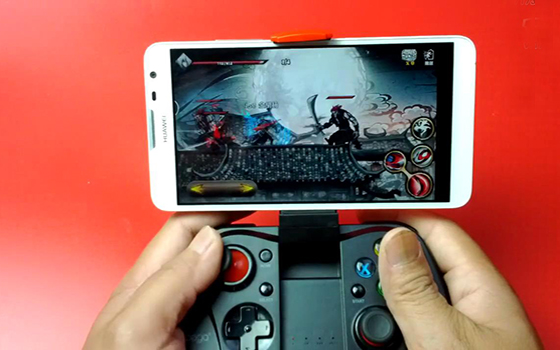 IPEGA七代安卓手柄玩动作手游《影之刃》